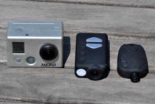 La 808 #16 (à droite) fait partie de la famille des caméras porte-clés. Légère et fine, elle filme en 720p. La Mobius (au centre), à peine plus volumineuse, filme en 1080p !