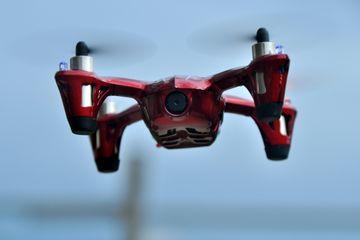 Le X4 H107C de Hubsan constitue sans doute le meilleur drone-école pour acquérir les bons réflexes en vol. Il peut être réglé pour réagir doucement ou devenir super nerveux !