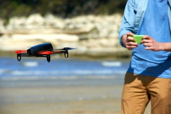 Avec un smartphone, son gyroscope et son accéléromètre, il est possible de piloter facilement un drone comme ceux de Parrot.